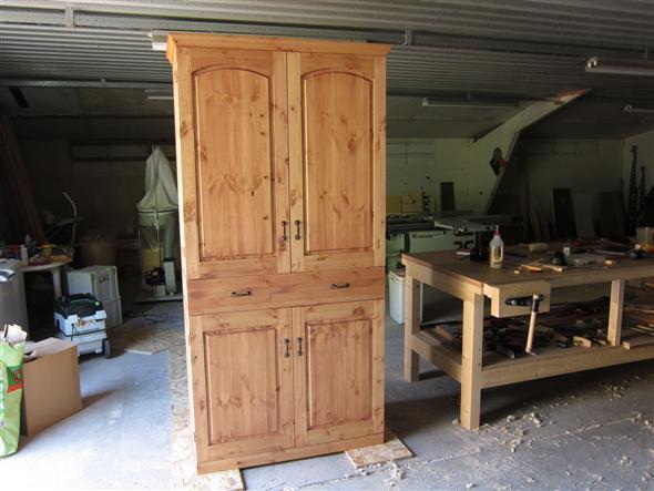 Klassieke Kast: Landelijke woonkamer met teakhouten meubelen ...